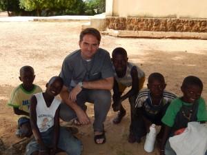 Szczepan avec enfants au Sénégal