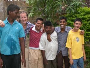 Maryse avec groupe hommes à l'Arche de Chennai