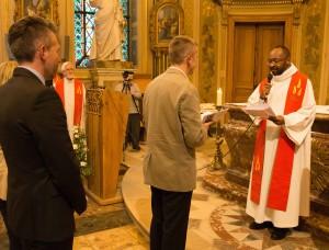 le père Emeka reçoit les voeux d'Olaf