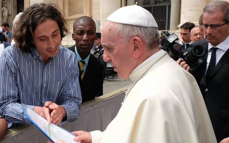 Tomás à Rome en mai dernier, remettant la pétition à François