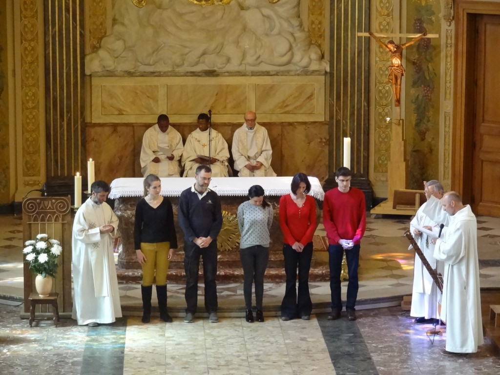 Bénédiction par le père Jean-Pascal, coordinateur du projet, et envoi en mission au nom de la Congrégation