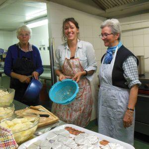Marie préparant le repas pour des SDF avec une sœur spiritaine à l'association la Cène du jeudi.